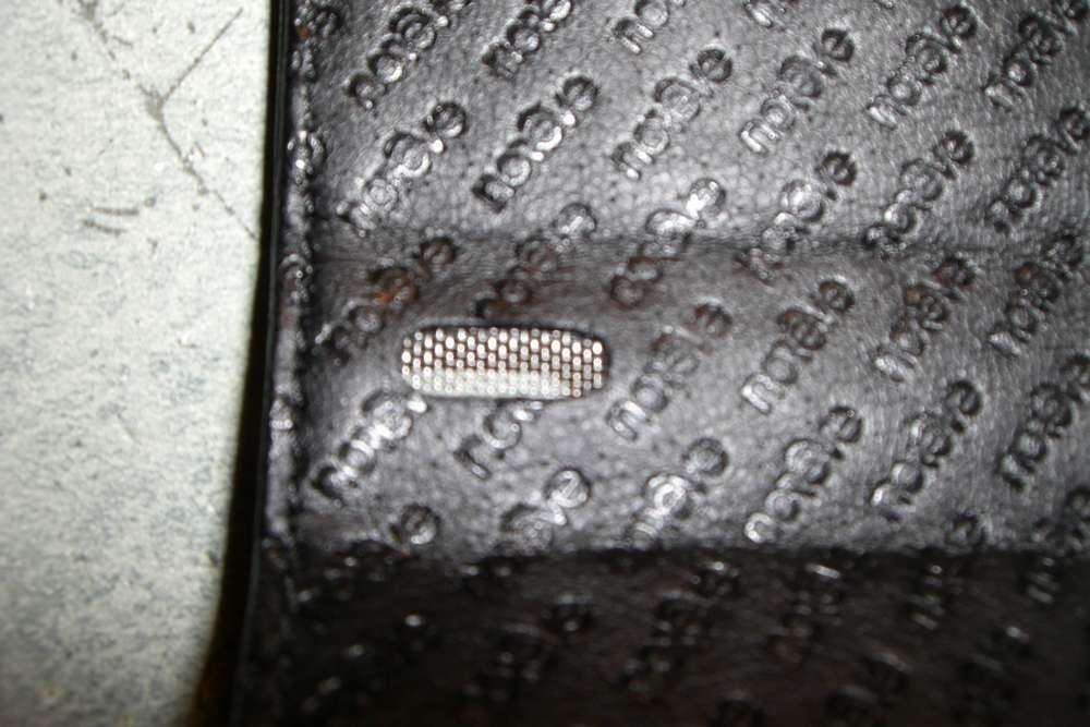 La petite grille qui s'en face du haut parleur du E71.