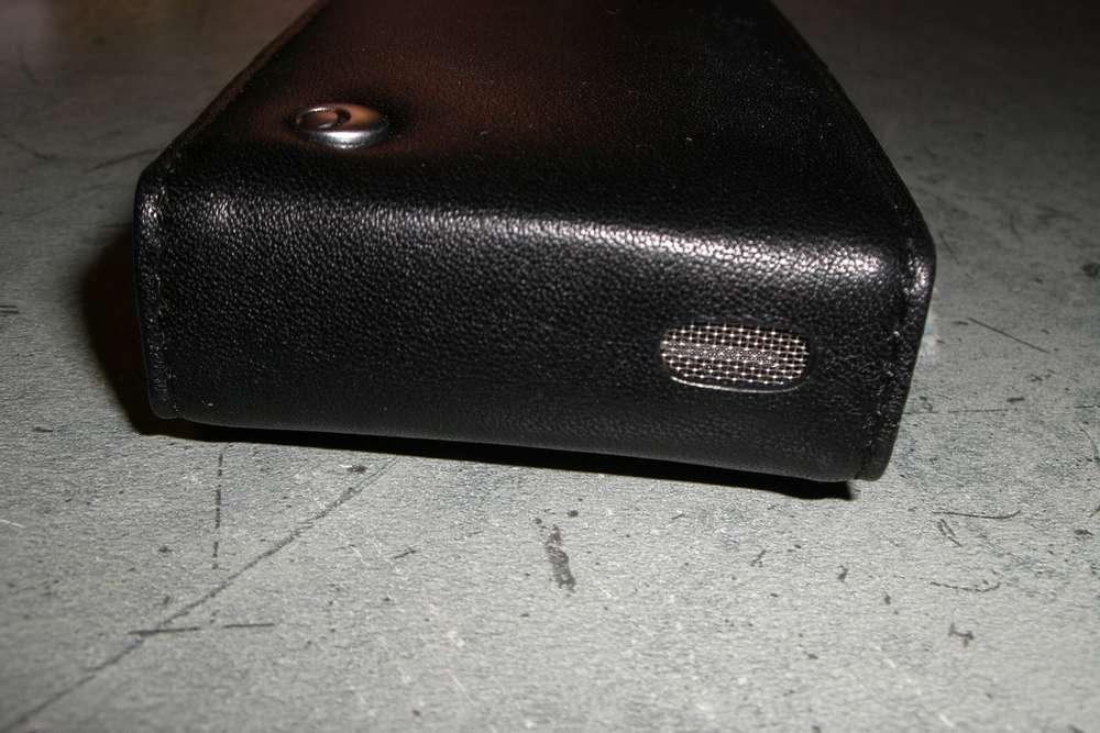 Haut du mobile avec grille pour le haut parleur et le logo Noreve.